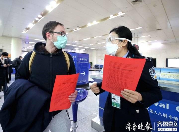 """普及防疫知识提醒注意事项,济南边检帮外籍返程复工旅客""""战""""疫"""