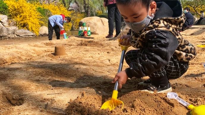 果然视频|大明湖畔的沙池成小朋友最爱,玩出了海边的感觉
