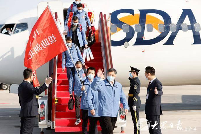 w88官方网页版省援助湖北第三批返鲁人员凯旋,刘家义到机场迎接