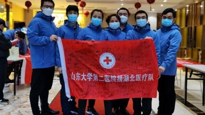 果然视频|珍藏!病区清零,w88官方网页版医疗队的战友们在各自队旗上签名