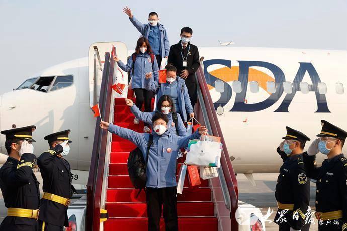 w88官方网页版省援助湖北第四批返鲁人员凯旋,刘家义到机场迎接