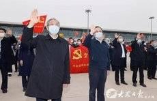 我省援助湖北第五批返鲁人员凯旋,刘家义到机场迎接