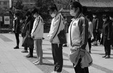 齐鲁志愿者镜头里的默哀:路上行人脱帽志哀