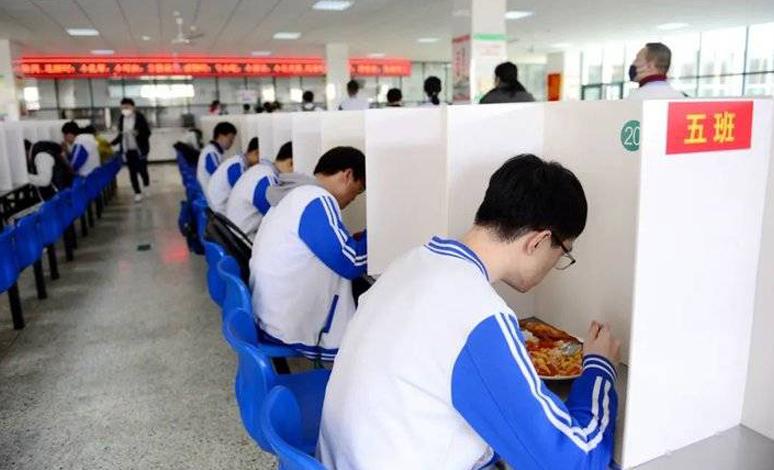 @山东高三学子,在学校食堂吃饭是不是吃出了高考考场的感觉?