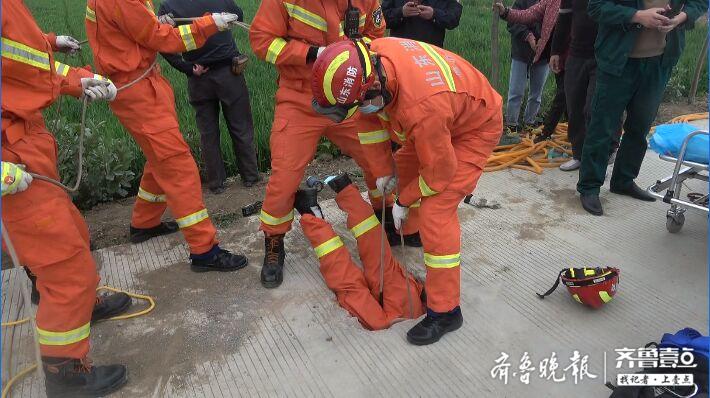 机井口在水泥路上,男童不慎坠入,消防员倒垂救人