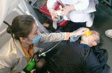 万米高空上男子失去意识浑身抽搐,机组人员28分钟紧急救援
