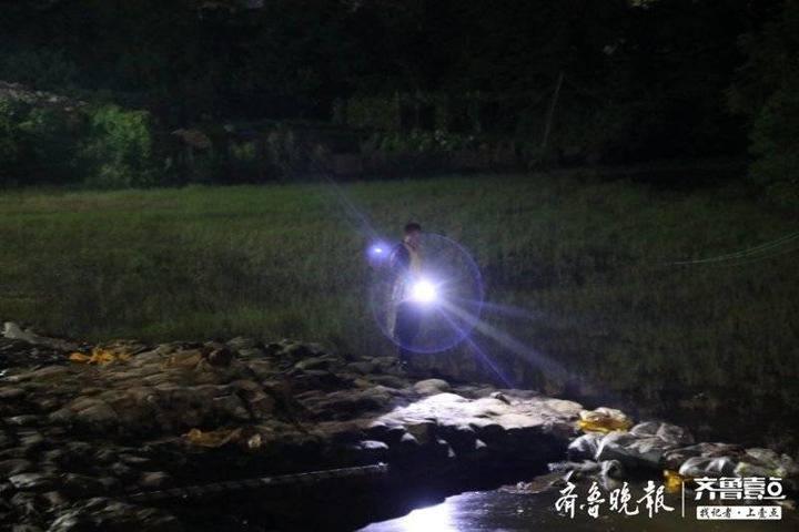 夜探鄱阳湖畔河堤守夜人:每10分钟巡视一趟,每人最少走两万步