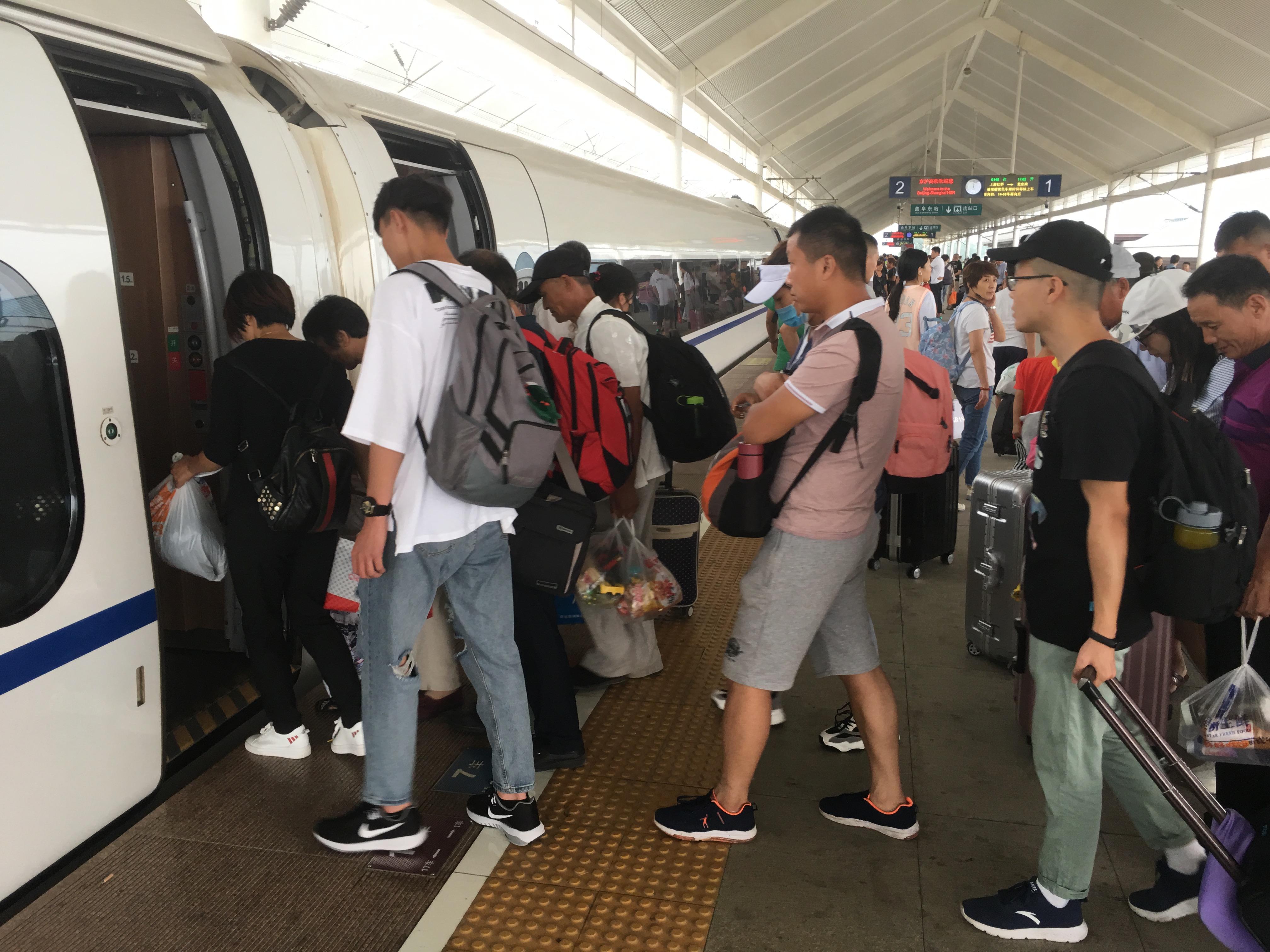 济宁铁路掀起暑运客流高峰 各火车站为学生开辟绿色通道