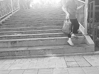 """遭天桥上奇葩台阶""""暗算"""",济南一母亲抱病娃不慎踩空摔骨折"""