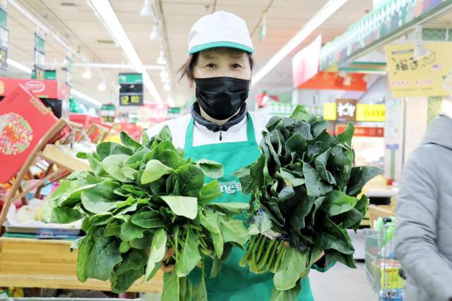超市开?门前,他?们要完成10吨蔬菜的净菜清理工?作