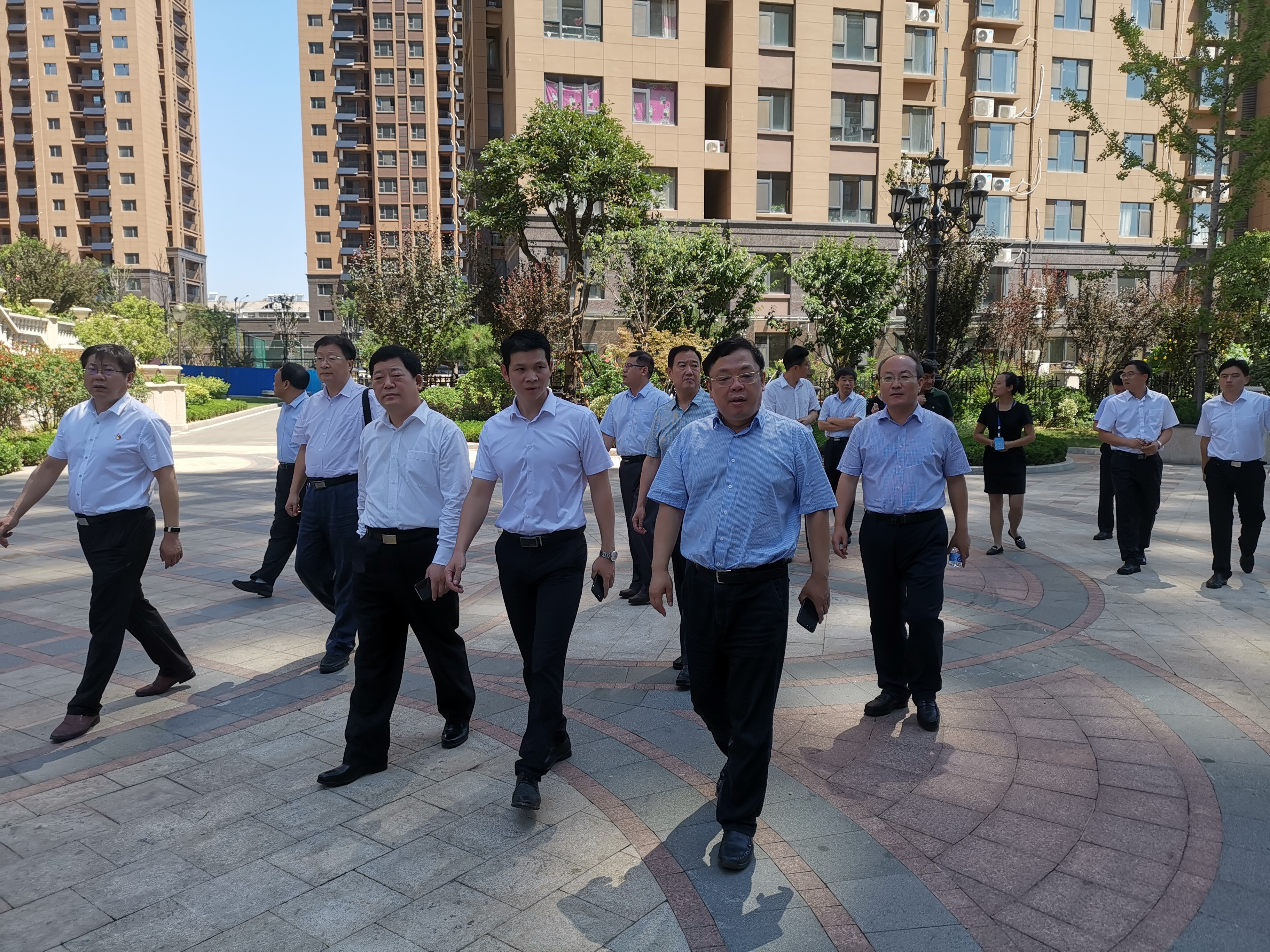 济南市住建局赴莱芜区钢城区督导工作,深入社区、工地现场查看